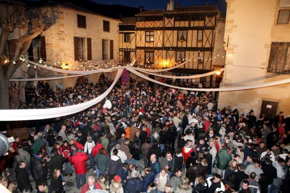 Festa popular na noite de sábado.